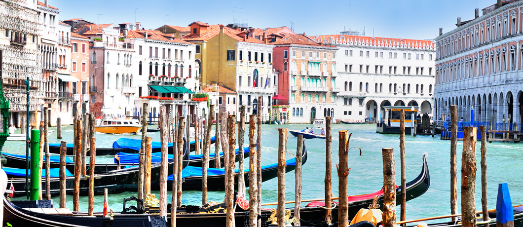 Gondolas_at_Hotel_Ca_Sagredo_-_Grand_Canal_-_Rialto_-_Venice_Italy_Venezia_-_Creative_Commons_by_gnuckx_4763291323